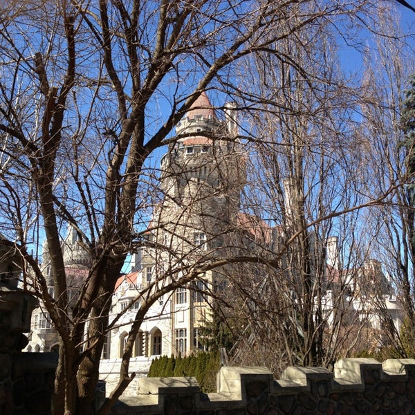 Photo taken at Casa Loma by Ikky D. on 3/31/2014