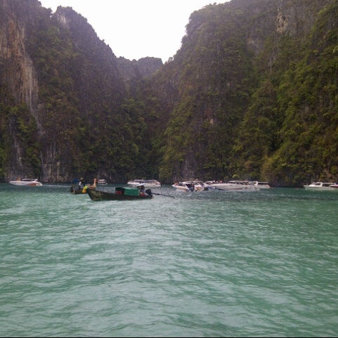 Photo taken at เกาะพีพีดอน (Koh Phi Phi Don) by Dek Biet on 4/14/2013