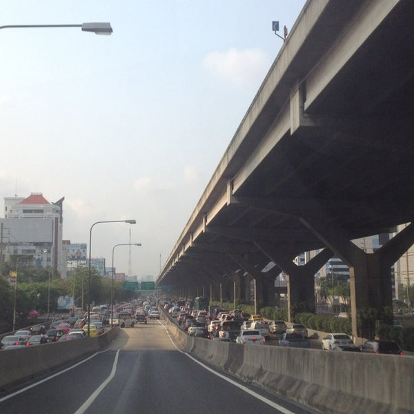 Photo taken at แยกสุทธิสาร (Sutthisan Intersection) by YoNgYeE on 3/29/2013