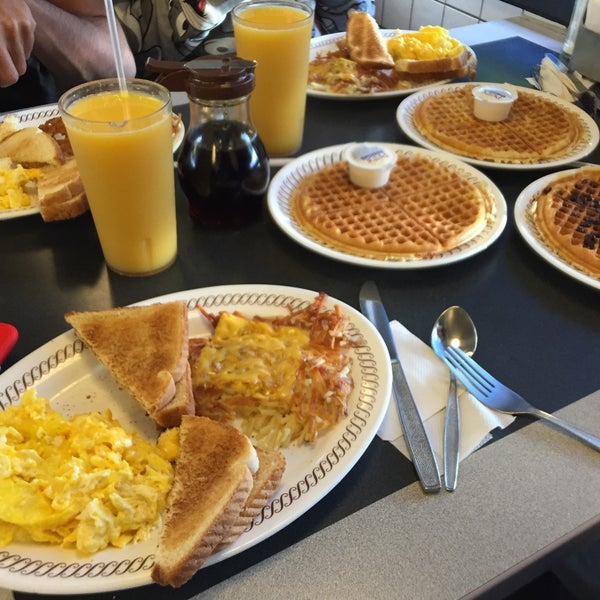 Photo taken at Waffle House by Rashid A. on 10/30/2015