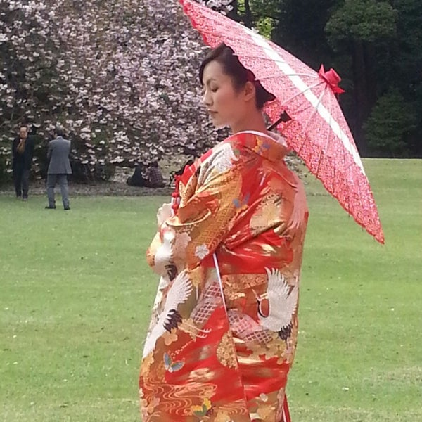 Photo taken at 新宿御苑 (Shinjuku Gyoen) by José I. R. on 4/13/2013