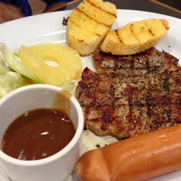 Photo taken at Santa Fé Steak (ซานตา เฟ่ สเต็ก) by Khae D. on 10/11/2014