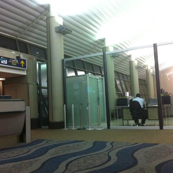 Photo taken at Gate 5 Aeropuerto Internacional Juan Santamaria by Jun Jie O. on 3/18/2013