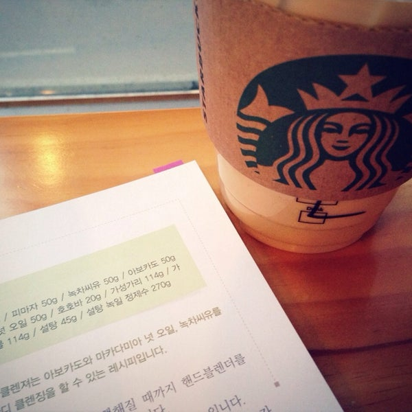 Photo taken at Starbucks by Cheon H. on 3/20/2014