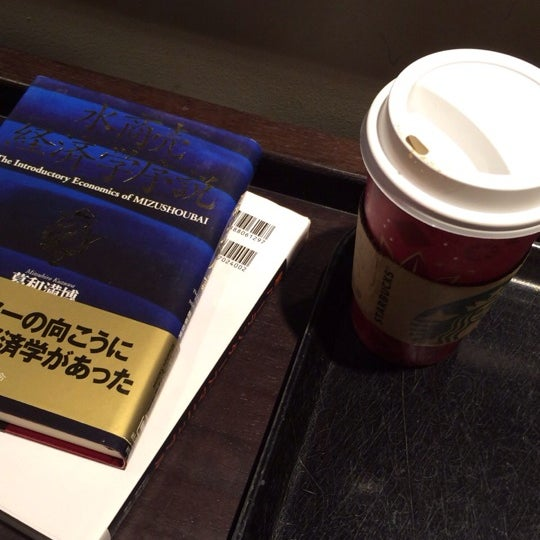 Photo taken at Starbucks Coffee 神楽坂下店 by maosama on 12/9/2013