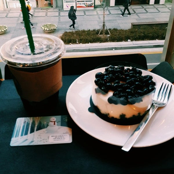 Photo taken at Starbucks by Cheoloh N. on 1/4/2014