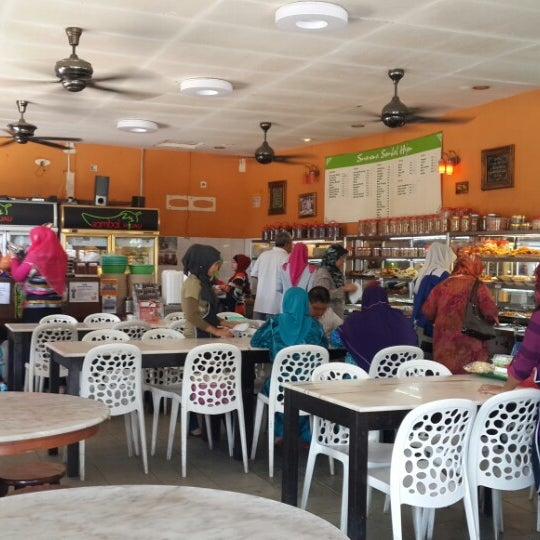 Photo taken at Restoran Sambal Hijau by Haliza B. on 2/24/2014