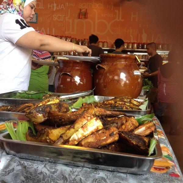Photo taken at Restoran Sambal Hijau by Adam J. on 3/15/2015