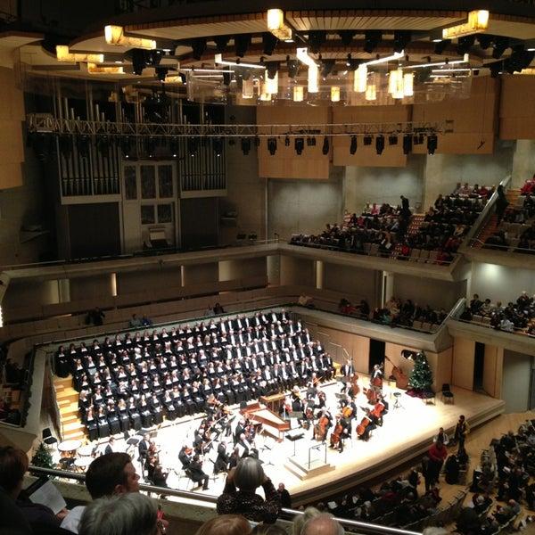 Снимок сделан в Roy Thomson Hall пользователем Dave C. 12/20/2012