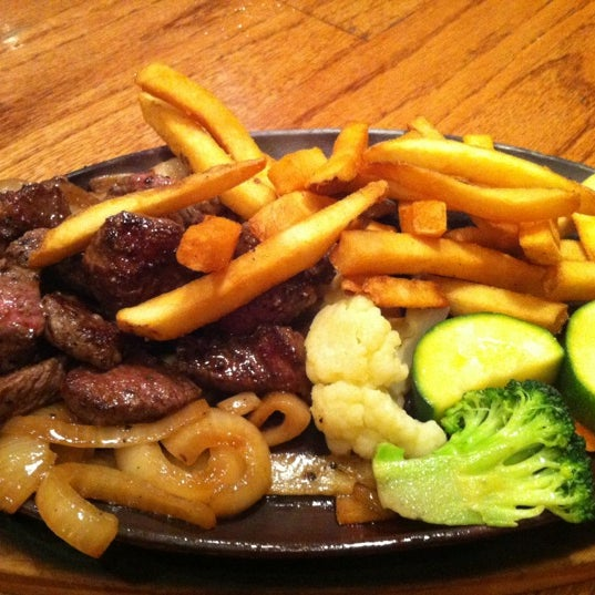 Photo taken at Outback Steakhouse by Nickie on 11/11/2012