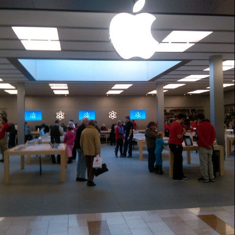 Photo taken at Apple Bellevue Square by BKK_FLYER on 1/2/2013