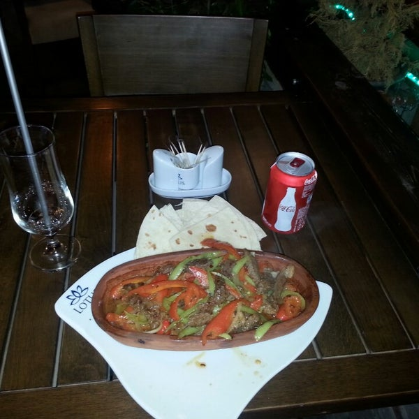 5/25/2013 tarihinde Volkan Y.ziyaretçi tarafından Lotus Cafe Restaurant'de çekilen fotoğraf
