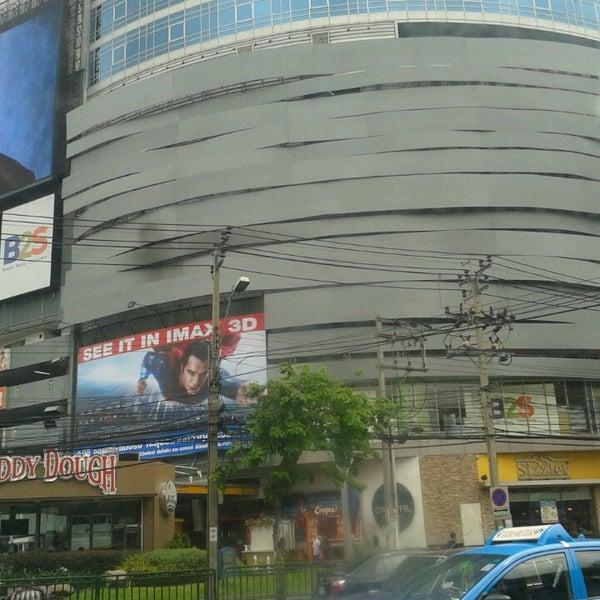 Photo taken at Major Cineplex Ratchayothin (เมเจอร์ ซีนีเพล็กซ์ รัชโยธิน) by ThiTa G. on 6/13/2013