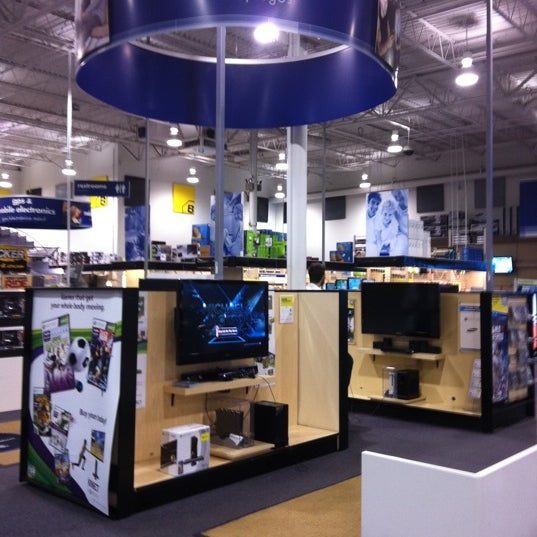 Photo taken at Best Buy by Navarro P. on 4/20/2011