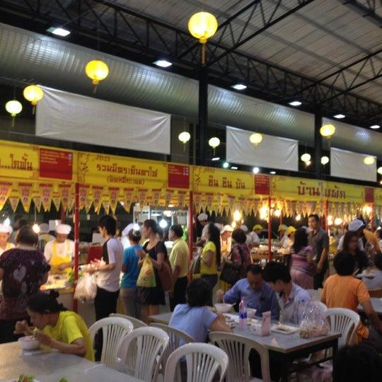 Photo taken at Food Center (ศูนย์อาหารเมืองทองธานี) by Jaruwat N. on 10/22/2012
