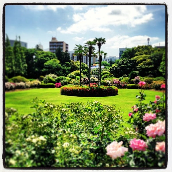 Photo taken at 新宿御苑 (Shinjuku Gyoen) by Takashi H. on 5/19/2013