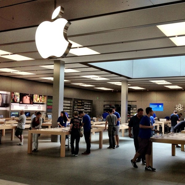 Photo taken at Apple Bellevue Square by Will 李. on 7/22/2013