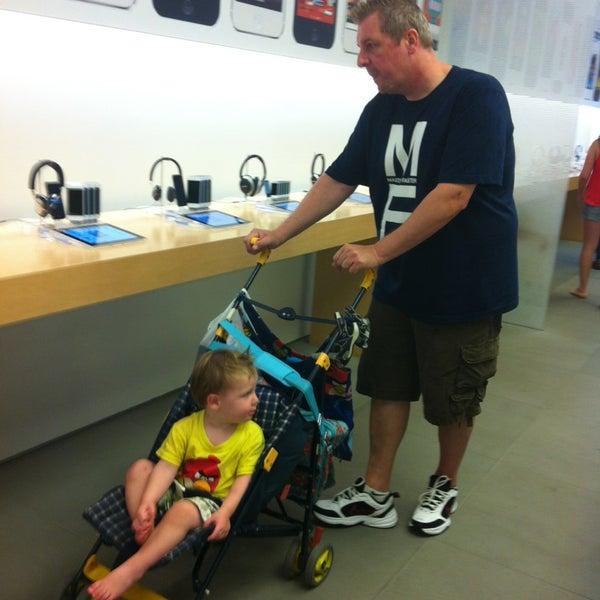 Photo taken at Apple Store, La Cantera by Dagmar C. on 9/16/2013