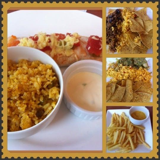 Photo taken at Jalapeño Authentic Tex-Mex Cuisine by Tashei 💛💋💙 B. on 5/27/2012