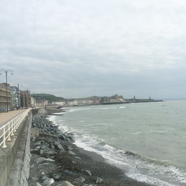 Photo taken at Aberystwyth Beach by Hamdie T. on 7/12/2015