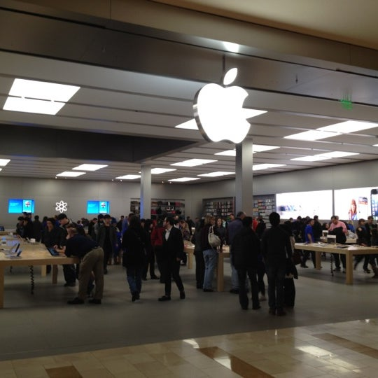 Photo taken at Apple Bellevue Square by Gilberto S. on 11/10/2012