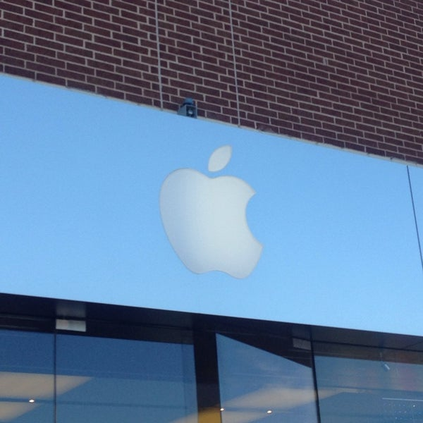 Photo taken at Apple Store by Barbara K. on 1/7/2014
