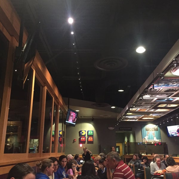 Photo taken at Red Robin Gourmet Burgers by Abdi R. on 10/8/2016