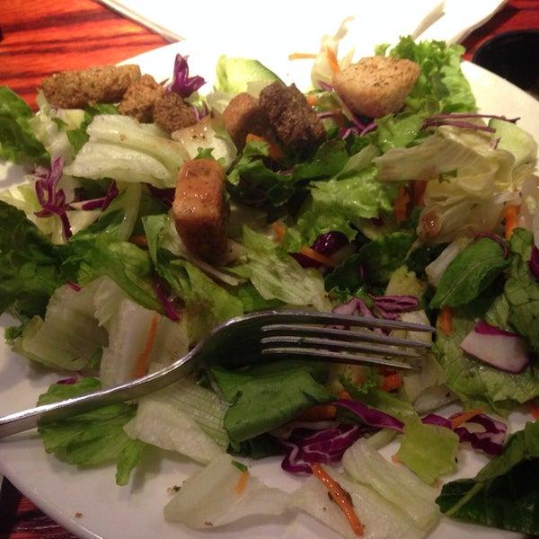 Photo taken at Red Robin Gourmet Burgers by ǝʌǝʇS W. on 3/27/2014