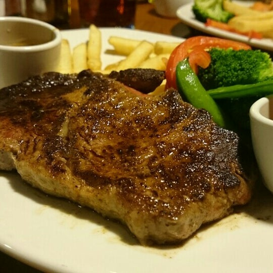 Photo taken at Outback Steakhouse by Yuichi on 5/20/2015