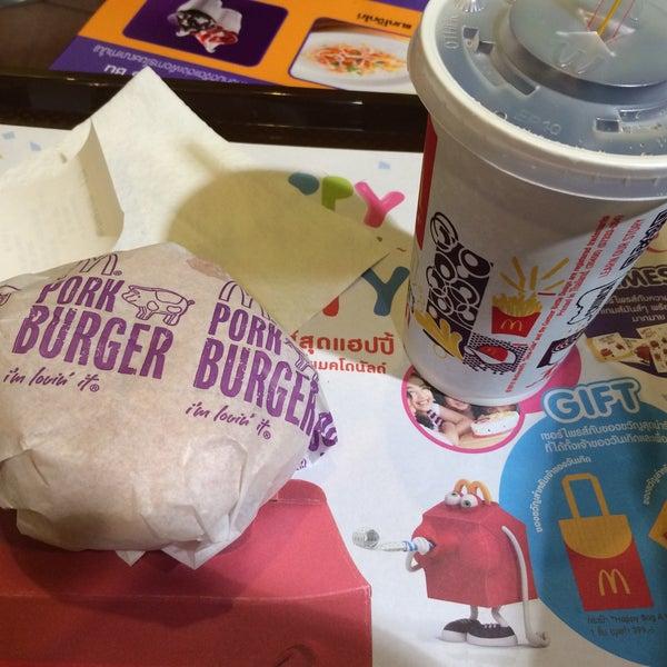 Photo taken at McDonald's (แมคโดนัลด์) by Mew P. on 10/7/2015