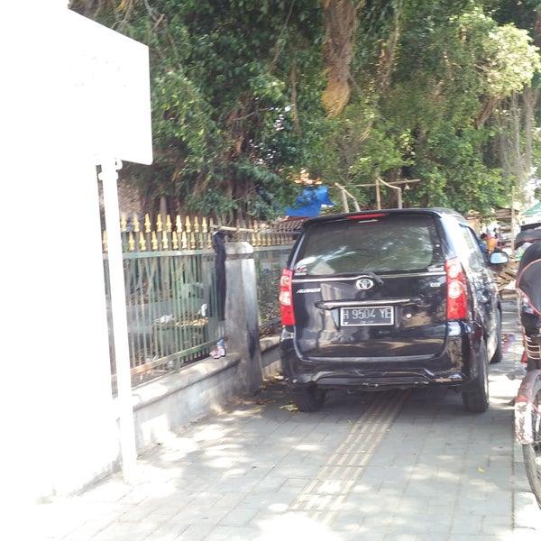 Parkirnya mantap ditrotoar