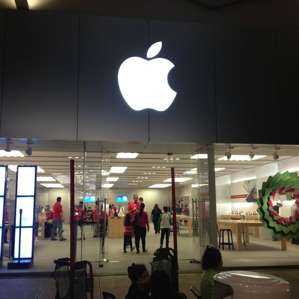 Photo taken at Apple Store, La Cantera by Sherry M. on 12/20/2012