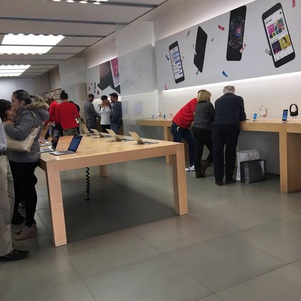 Photo taken at Apple La Cantera by Roberto L. on 11/20/2016