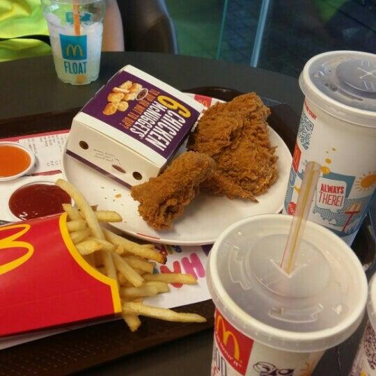 Photo taken at McDonald's (แมคโดนัลด์) by Earn S. on 10/22/2015