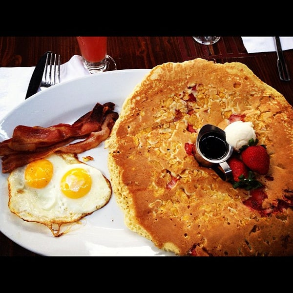 Photo taken at Hash House a Go Go by Melissa F. on 12/1/2012