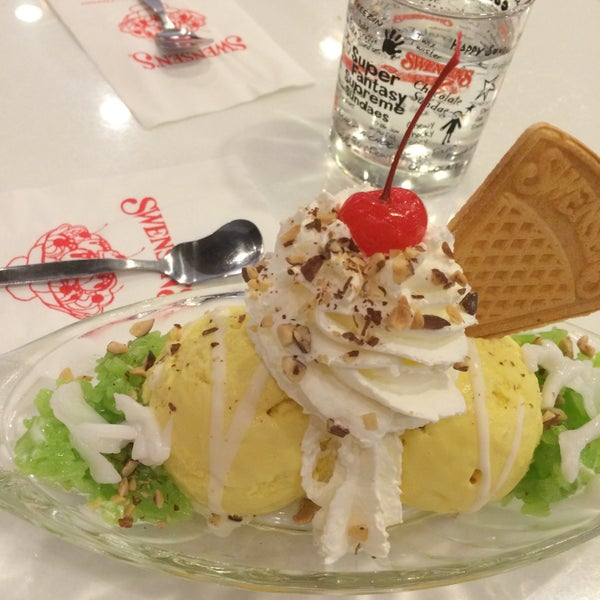 Photo taken at Swensen's by Snooker on 3/2/2016