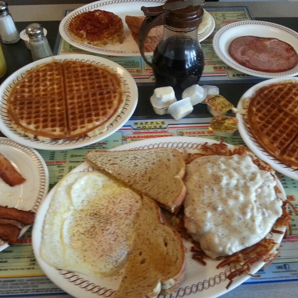 Photo taken at Waffle House by Roland L. on 10/17/2014