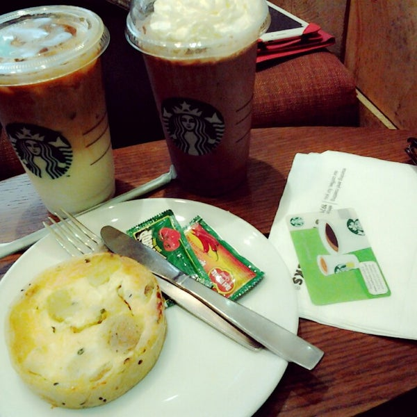 Photo taken at Starbucks by noeyrma a. on 5/10/2014