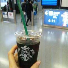 Photo taken at Starbucks Coffee 関西国際空港エアサイド店 by 3110 m. on 1/14/2012