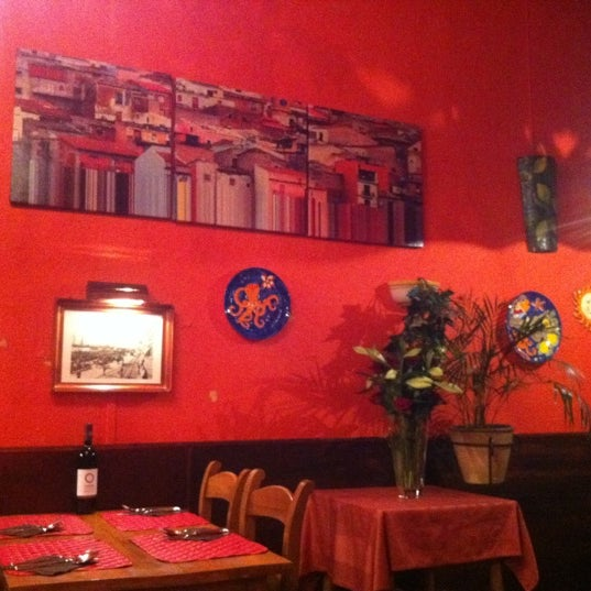 Photo taken at Il Cortile by Rochelle on 11/10/2011
