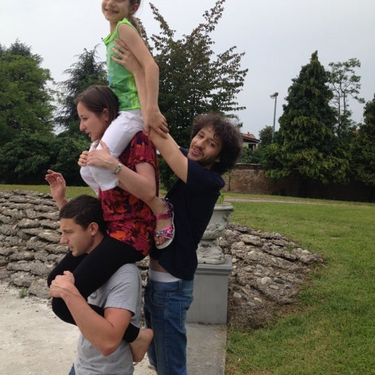 Piramide umana in villa litta!! :)