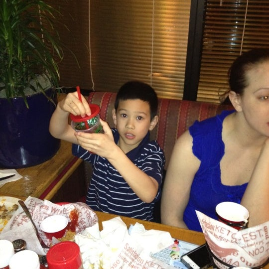 Photo taken at Red Robin Gourmet Burgers by Sinn C. on 4/5/2012