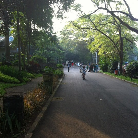 Photo taken at Kebun Binatang Ragunan by Hendra J. on 4/14/2012
