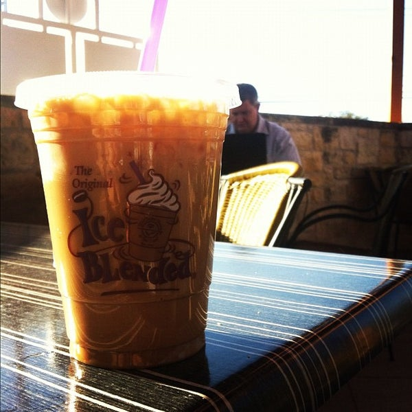 Photo taken at The Coffee Bean & Tea Leaf by Ian R. on 1/29/2012