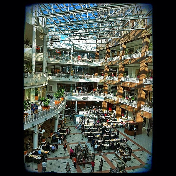 The Pentagon City Mall is located within walking distance of the Pentagon, several hotels, office buildings and restaurants. The Mall regularly hosts a number of community and signature events including Holiday Shopping Night Out and Indulge.