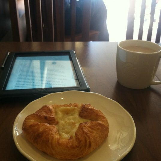 Photo taken at Starbucks by Denisse L. on 6/7/2012