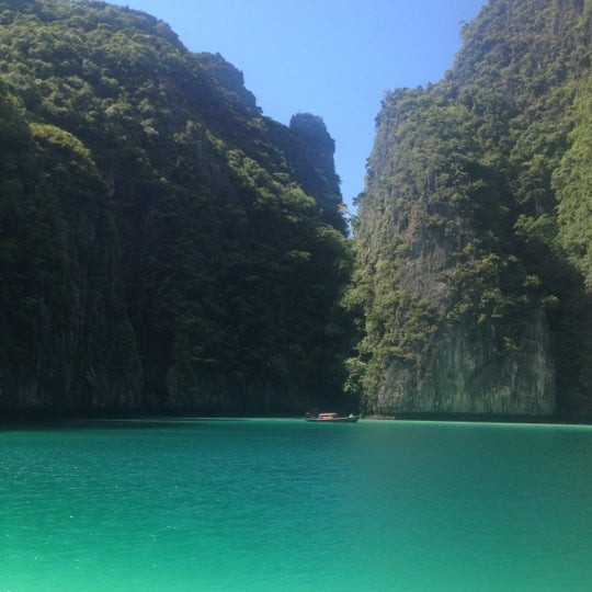 Photo taken at เกาะพีพีดอน (Koh Phi Phi Don) by Paco H. on 6/29/2012