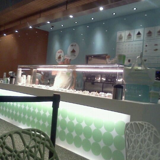 Photo taken at Pinkberry by Philip G. on 10/29/2011