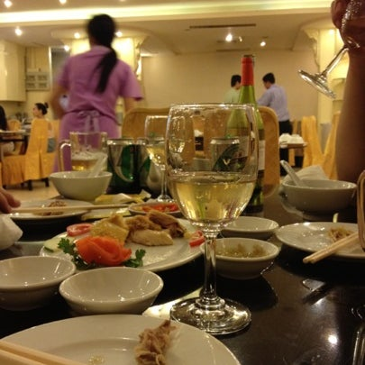 Photo taken at Hoằng Long Restaurant by QP i. on 8/4/2012
