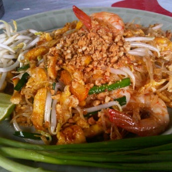Photo taken at ผัดไทกุ้งสด @ ประชาอุทิศ24 by Thongchai P. on 6/25/2011